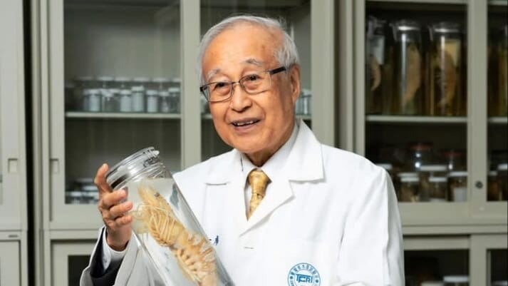 Chiu Liao, a professor at National Taiwan Ocean University, has won a 2019 Nikkei Award for his pioneering work in establishing the tiger prawn farming sector